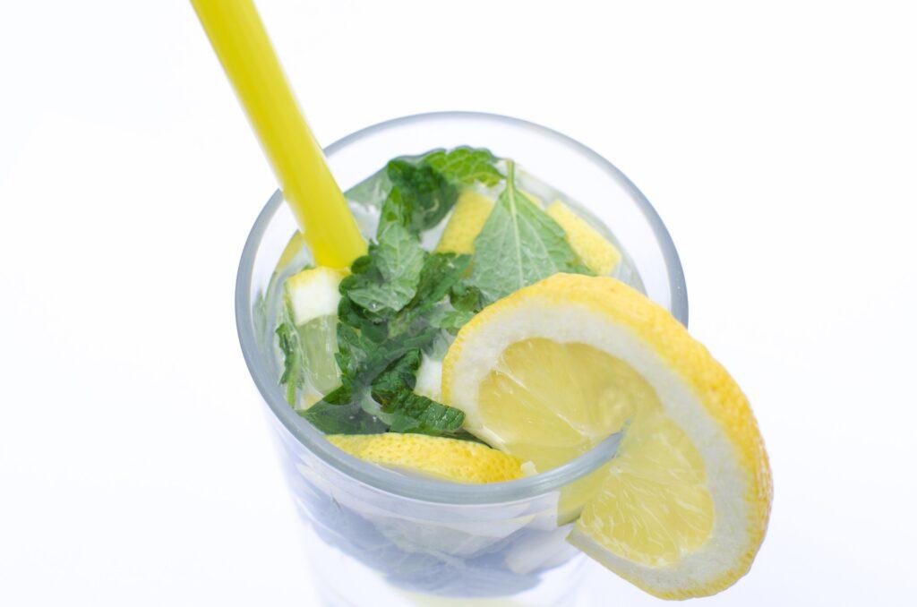 Výživa seniorů klade důraz na potřebu tekutin pro prevenci dehydratace