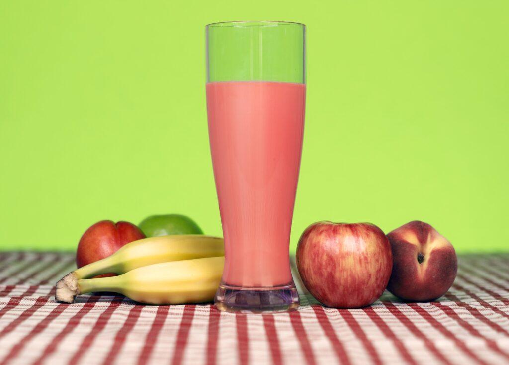 Vitaminy obsažené v ovoci jsou přínosem pro naše tělo, po sportu je ideální dát si třeba smoothie
