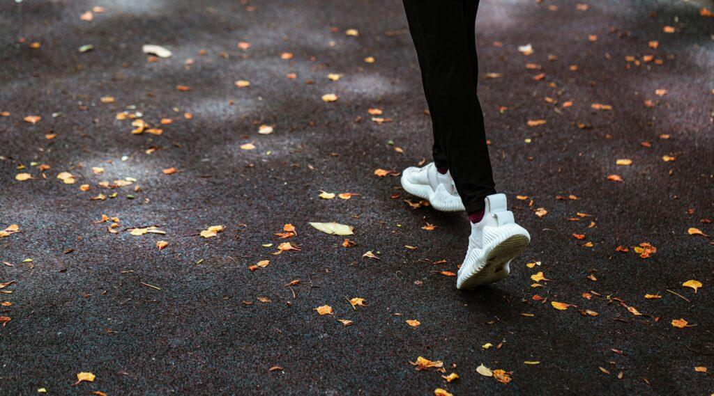 Příkladem kondičního cvičení po covid nemoci může být i procházka v přírodě
