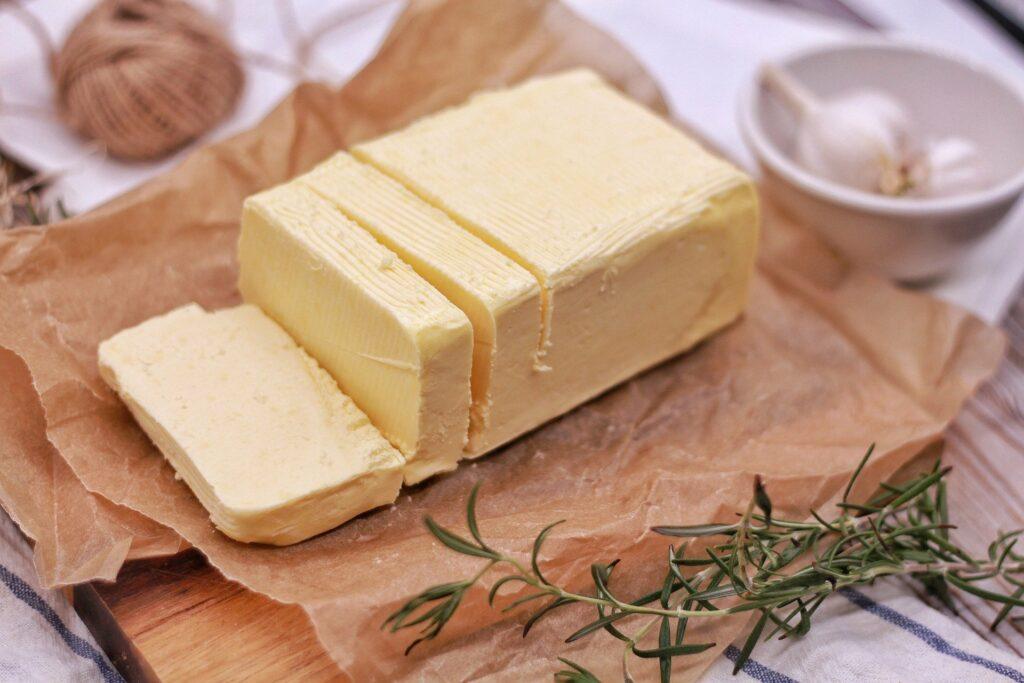 Vzhledem ke svému složení je máslo vhodné zejména pro studenou kuchyni, ne na smažení