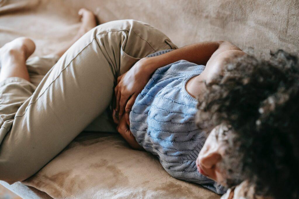 Nedostatek hořčíku se označuje jako hypomagnesémie a mezi její příznaky patří zvýšená únava, bolesti hlavy až migrény, nesoustředěnost a náladovost