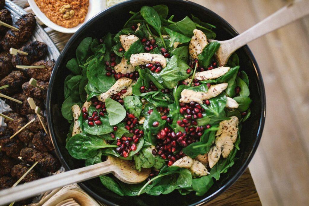 Potraviny obsahující vitamin B2 jsou například maso, listový špenát, luštěniny