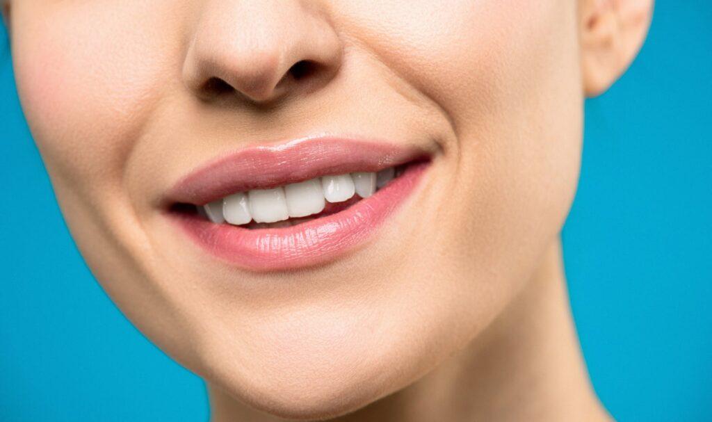 Když vitamin B2 chybí, dochází ke zvýšené tvorbě aftů, prasklinám ústních koutků