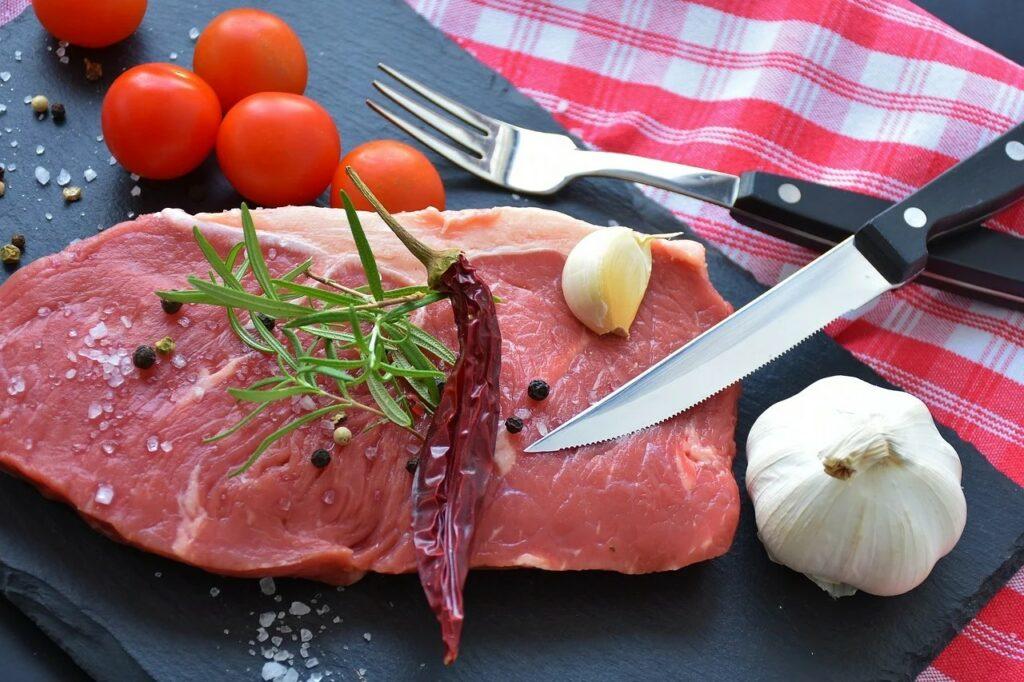 Vydatným zdrojem pro vitamin B1 jsou kvasnice, vepřové maso,  játra