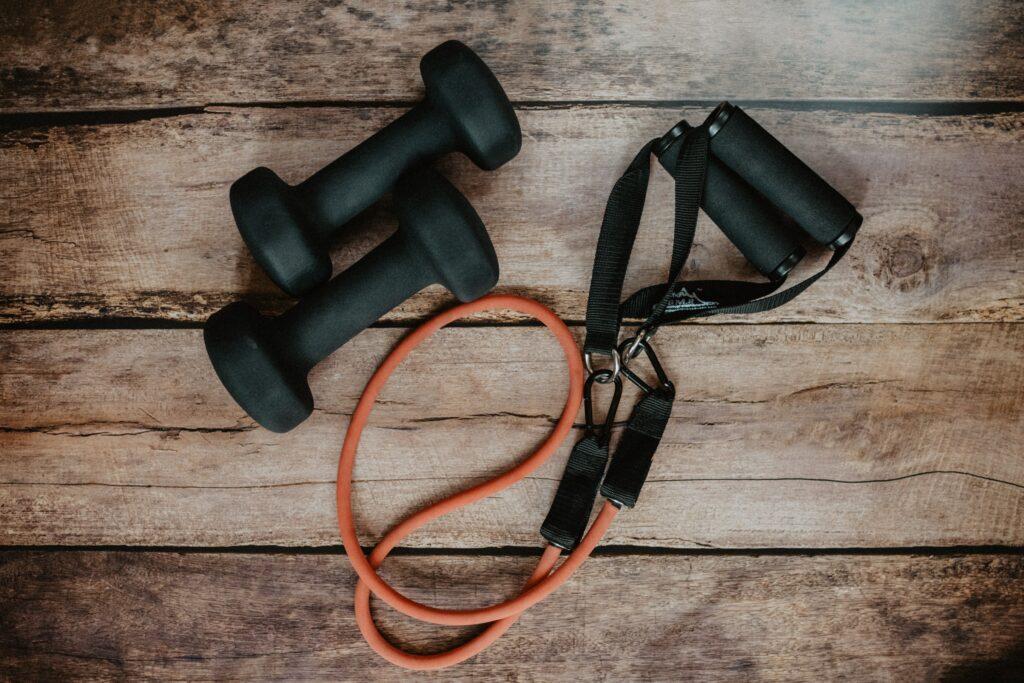Použijte zátěž pro ztížení cviku tlaky vleže