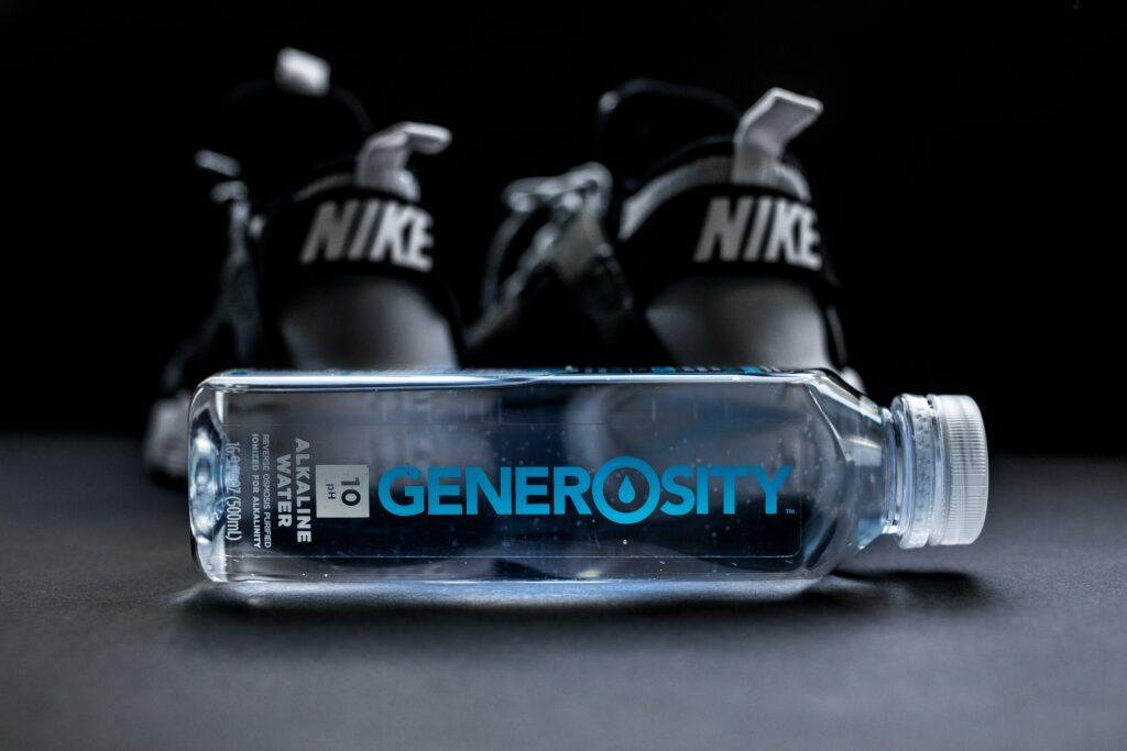 Jako závaží pro tlaky vleže je možné použít láhev vody, pokud nemáte činky