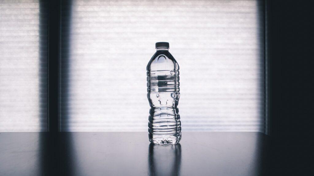 Místo činky je možné použít láhev vody