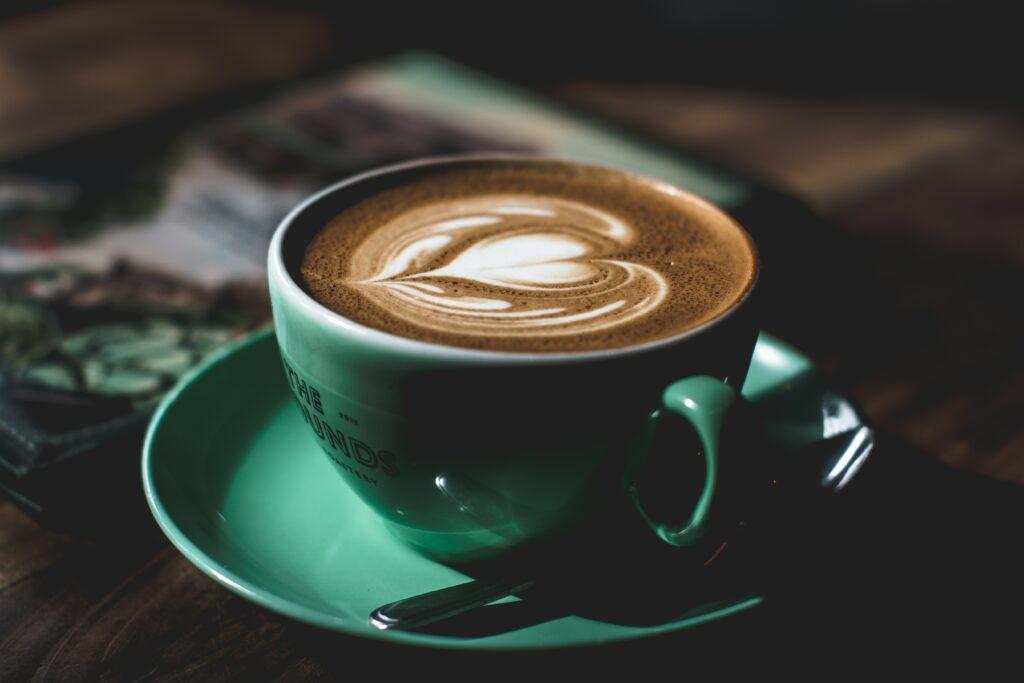Jistě víte, že například káva a čaj tělo odvodňují, takže ke kávě vždy alespoň 2 deci vody