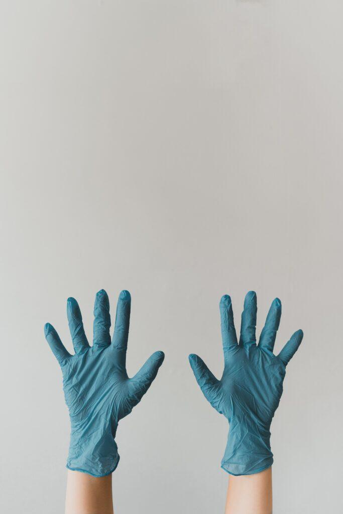 Součást při úklidu jsou ochranné rukavice