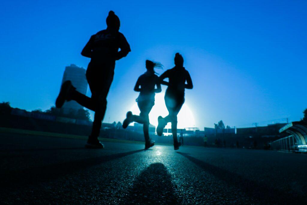 Jogging ve více lidech, při joggingu zvládnete i mluvit, je tak vhodné běžet třeba s kamarádkou