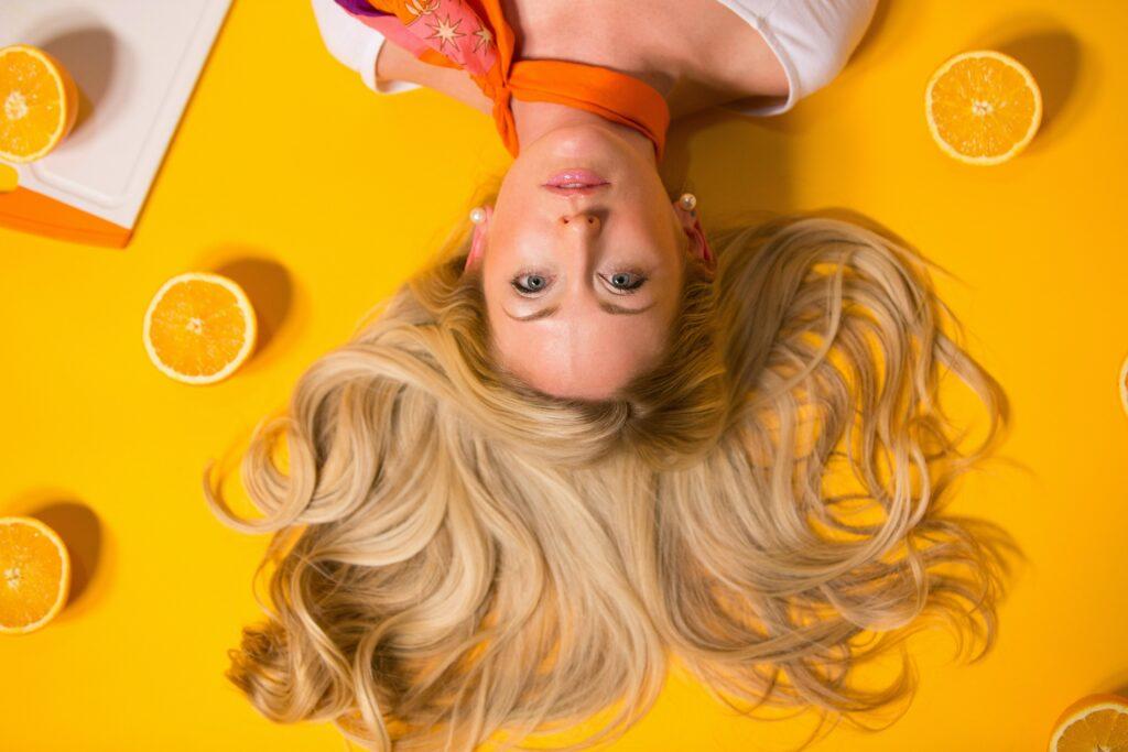 Správný šampon péči o vlasy pomáhá