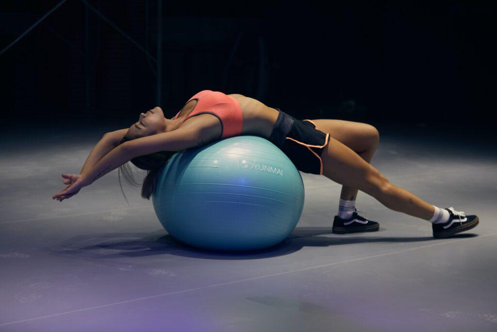 Velmi důležité je tělo protahovat a trénovat stabilizaci HZS