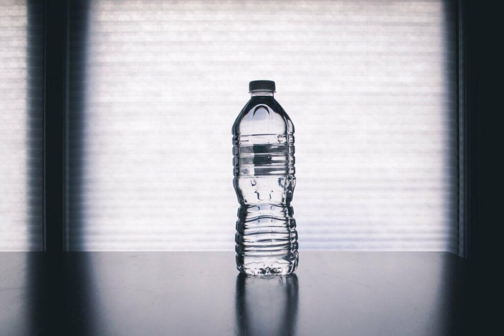 Láhev vody jako zátěž místo činky
